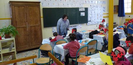 Cloé Perrotin l'illustratrice intervient en classes de primaire pour un atelier illustré basé sur la trilogie jeunesse Zip le lutin