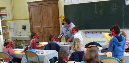 L'illustratrice Cloé Perrotin intervient dans une classe de CP pour un atelier basé sur la trilogie jeunesse Zip le lutin