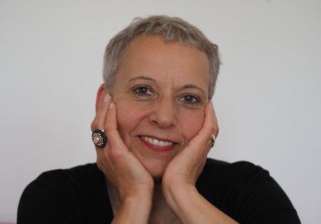 Foto von Beate Hablitzel, Frau mit kurzen grauen Haaren lächelt freundlich
