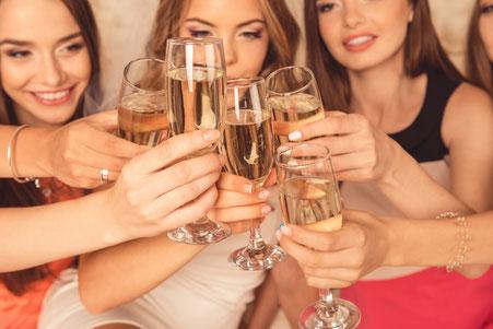 Frauenrunde stösst mit Champagnergläser an