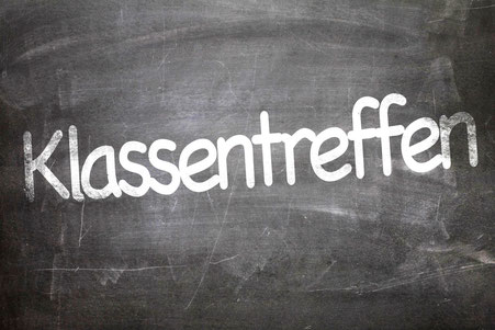 """Das Wort """"Klassentreffen"""" ist mit Kreide auf eine Schultafel geschrieben"""