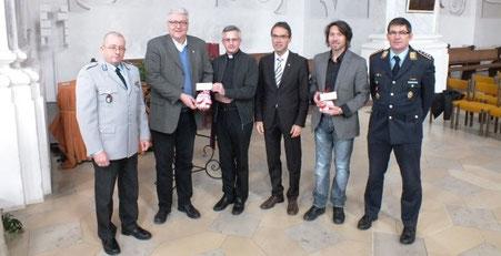 Übergabe des Geldes: Oberfeldarzt Dr. Kumpe, Pfarrer Schneider, Dekan Windisch, Oberbürgermeister Hilsenbek, Regierungsamtmann Schäufele, Hauptmann Wichmann-Prehm