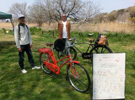 ●赤と黒の自転車:4月7日(日)にスペシャルラリーポイントとなった「はけのおいしい朝市」に出現したレトロな自転車2台。赤い郵便配達用の自転車はスペシャルスタンプ(赤いポストの絵柄)にあわせ、スタッフが用意したものです。その場所に突如、相当年季の入った黒い自転車が登場し、ビックリ!持ち主は小金井市でレトロな文房具ばかりを集めた超ユニークなお店を開いている中村さんでした。