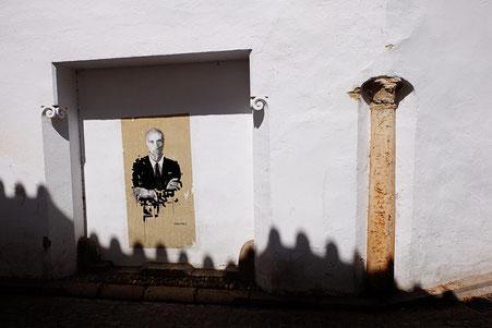 Photographie, Espagne, Andalousie, Cordoue, judería, rue, affiche, colonne, ombres, Mathieu Guillochon