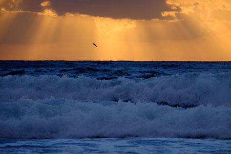 Photographie, Espagne, Andalousie, cabo de gata, plages, Playa de Las Negras, mer, vagues, écume, nuages, auben safran, orange, bleu, terre, lumière,été, vacances, Mathieu Guillochon