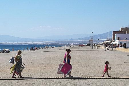 Photographie, Espagne, Andalousie, cabo de gata, plages, collines, Playa de San Miguel, grand-mère, mère, fille, mer, vagues, sable, blanc, bleu, terre, lumière,été, vacances, Mathieu Guillochon