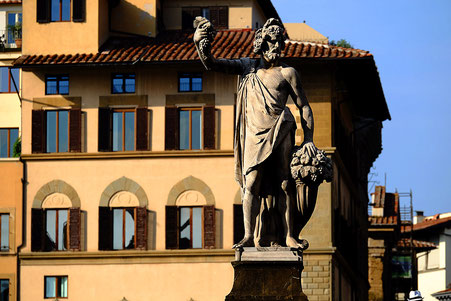 Statue de l'automne sur le pont Santa Trinita
