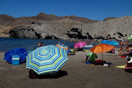 Photographie, Espagne, Andalousie, cabo de gata, plages, collines, Playa de Monsul, mer, vagues, parasols, couleurs, sable noir, falaises, bleu, terre, lumière,été, vacances, Mathieu Guillochon