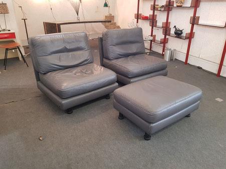 Ligne roset 2 fauteuils et ottoman en cuir gris vers 1980