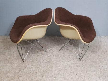 Charles et Ray Eames Paire de fauteuils LAR édition Herman Miller mobilier international  vers 1970