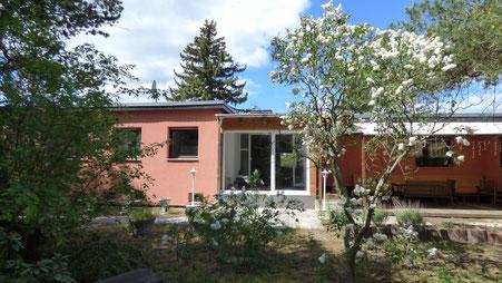 Hausansicht, Zugang Wohnung 2 und Terrasse