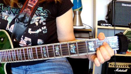Gitarrenhals mit Greifhand, die den A Dur-Akkord als zweite Umkehrung greift.