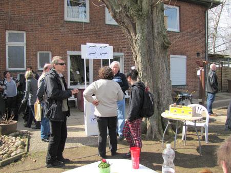 Mitglieder des HFL mit einem Stand beim Tag der offenen Tür im Tierheim Lübeck