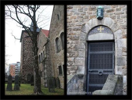 St. Nicolai mit alten Grabsteinen - Seitentür