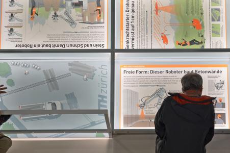 Besucher betrachtet Infografik © Daniel Röttele