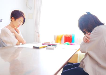 ドラマセラピー のカウンセリングを受ける女性