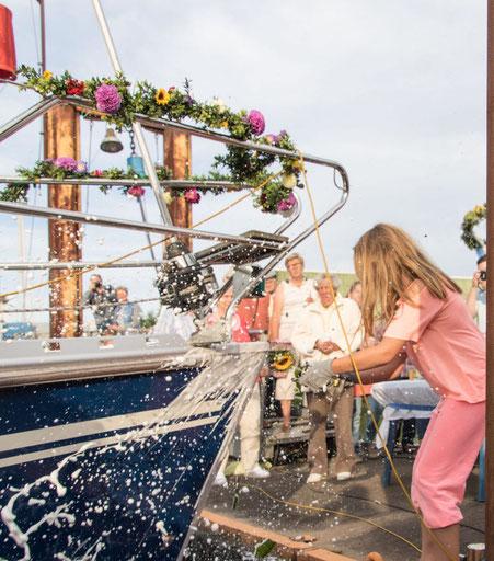 """""""Ich taufe dich auf den Namen """"Windspiel"""" und wünsche dir allzeit gute Fahrt und immer eine Handbreit Wasser unter dem Kiel.""""  Foto: Hans Genthe"""
