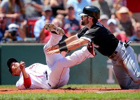 Adam Eaton (White Sox) arriva salvo  dopo Il lancio pazzo e copertura a casa di Rick Porcello (Red Sox) (John Tlumacki/Globe Staff)