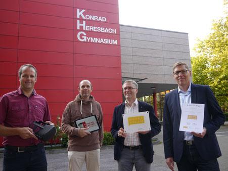 v.l.n.r.: Michael Wiesenhöfer (Leiter des Schulamtes der Stadt Mettmann), Andreas Ehrhard (Informatiklehrer), Horst Knoblich (Schulleiter),  Jens Teller (stellv. Schulleiter)