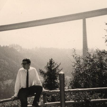 Henning 1964 - Die Europabrücke im Hintergrund