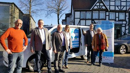 Die Mitglieder des engeren Vorstandes der LAG 5verBund und Stefan Redder (Stadt Warstein) begutachten das neue E-Mobil