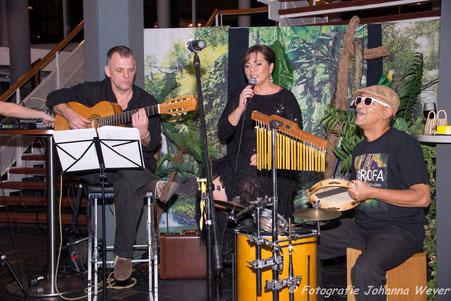 Braziliaanse zangeres Sheyla en muziekband Farofa spelen Bossa Nova en Samba muziek