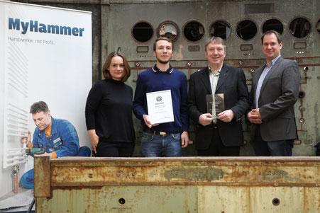 """Die Gewinner der Kategorie """"Glasverarbeitung"""": Thorsten Neumann (2. v. r.) und Jonas Neumann (2. v. l.) von Heideglas Uelzen gemeinsam mit den Juroren Claudia Frese von MyHammer (links) und Roland Riethmüller von meistertipp.de (rechts"""