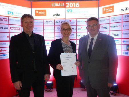 Tanja und Thorsten Neumann mit dem Präsidenten der Handwerkskammer Detlef Bade.
