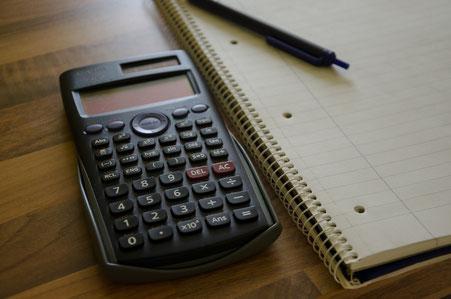 Taschenrechner und Schreibblock