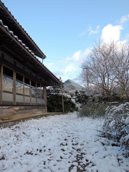 遠くに見えるのは、鳥取との県境の剣山(けんざん)