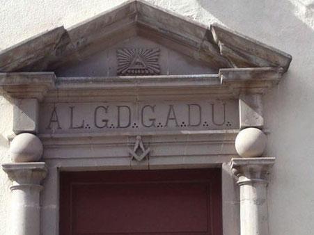 Pórtico de entrada a la Sede de la Gran Logia