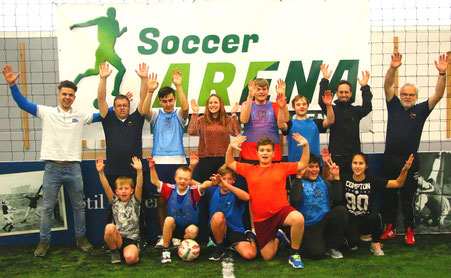 Marci Bonhoff (Soccer5-Arena, links) und Stefan Hagl (Förderverein) sowie Robert Schröder (Förderverein, rechts) und Simon Holze (Sportlehrer)