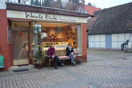 Daniela Andreas und Petra Neubert vor dem Weck Eck in Wald-Amorbach.