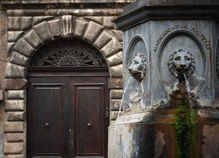 Bussi sul Tirino, portale del castello