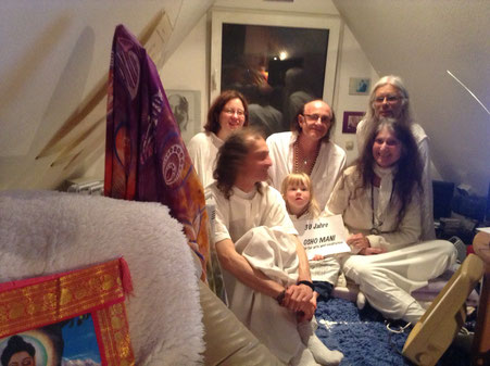 "Atman, Jenny, Dwara, Lynn, Avinash und Pyari im Osho Mani vor der ""Meeting of the White Robe Brotherhood"" Meditation bei der 30. Geburtstagsfeier, September 2016"