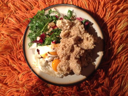 Makrobiotisches Essen: Vollkornreis mit Gomasio, Spiegeleier von freilaufenden Hühnern fritiert in Sesam öl und Salat von Rucula und Radieschen