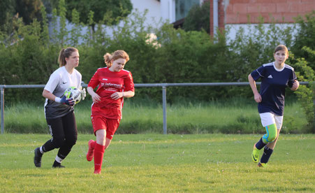 Torfrau Hannah Lachmann nimmt den Ball auf. Foto: Lanzke