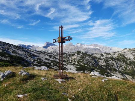 Gipfelkreuz am Däumelkogel, Aufstieg von der Dachstein Lodge, im Hintergrund ist der Dachstein zu sehen
