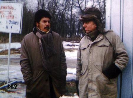 zwei Männer unterhalten sich im Winter an einer Straßenecke