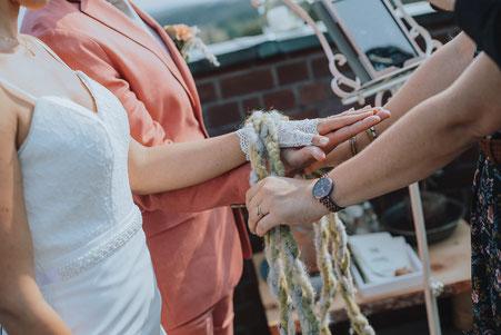 Ritual Freie Trauung Hochzeitsritual Trauritual Hände verbinden Handfasting Hochzeit