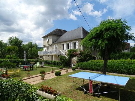 jardin avec table ping pong et salon de jardin