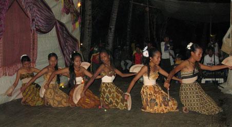Un momento della festa-spettacolo organizzata nel Suco di Bidau Santana per il nostro arrivo - agosto 2009