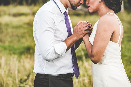 Brautpaar in  der Natur, halten Hände, Zeichen der Verbundenheit