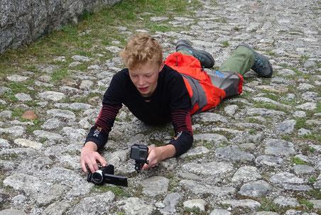 Gian-Luca richtet seine Kamera auf der Häderlibrücke in der Schöllenen