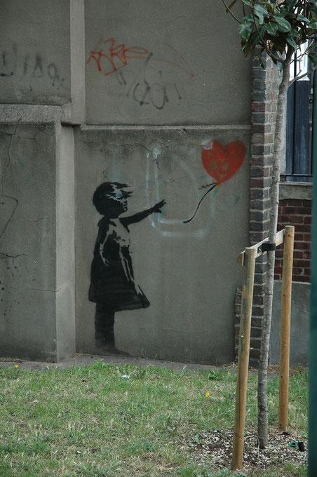 ※2:この絵は2006年にロンドンで見かけた最後の「風船と少女」シリーズだが、2007年に塗りつぶされた。