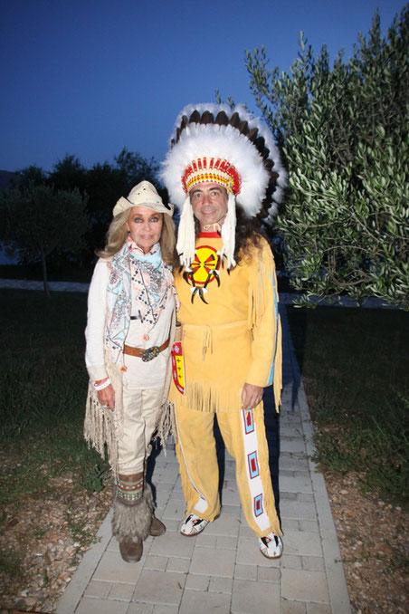 Auf dem Weg zum Kostümfest: Hella Brice mit dem Organisator des Festes, Ulrich Wirsing.