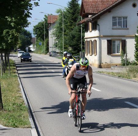Ronnie Schildknecht, Sieger des Ironman Switzerland 2013, bei der Durchfahrt in Wolfhausen (Bild: Thomas Illi, buebikernews.com)