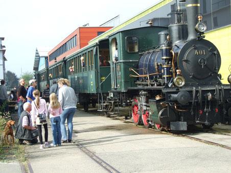 Fahrplanmässiger Dampfbahnbetrieb zwischen Wolfhausen und Bubikon am Chilbiwochenende: Damit ist wohl bald Schluss (Bild: © buebikernews.com)