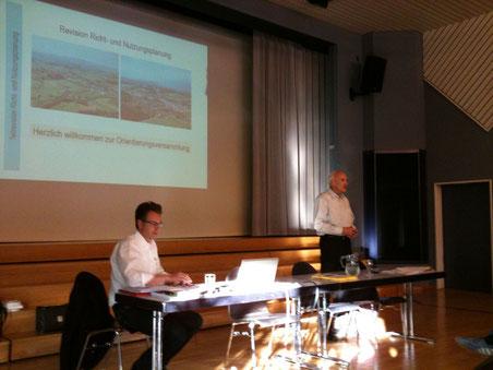 Ortsplaner Peter von Känel (links) und Gemeinderat Othmar Hiestand orientieren über die Vorlage