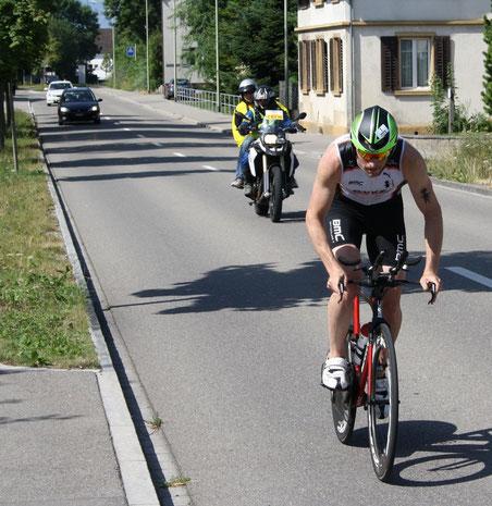 Ronnie Schildknecht führt bei der zweiten Durchfahrt durch Wolfhausen...